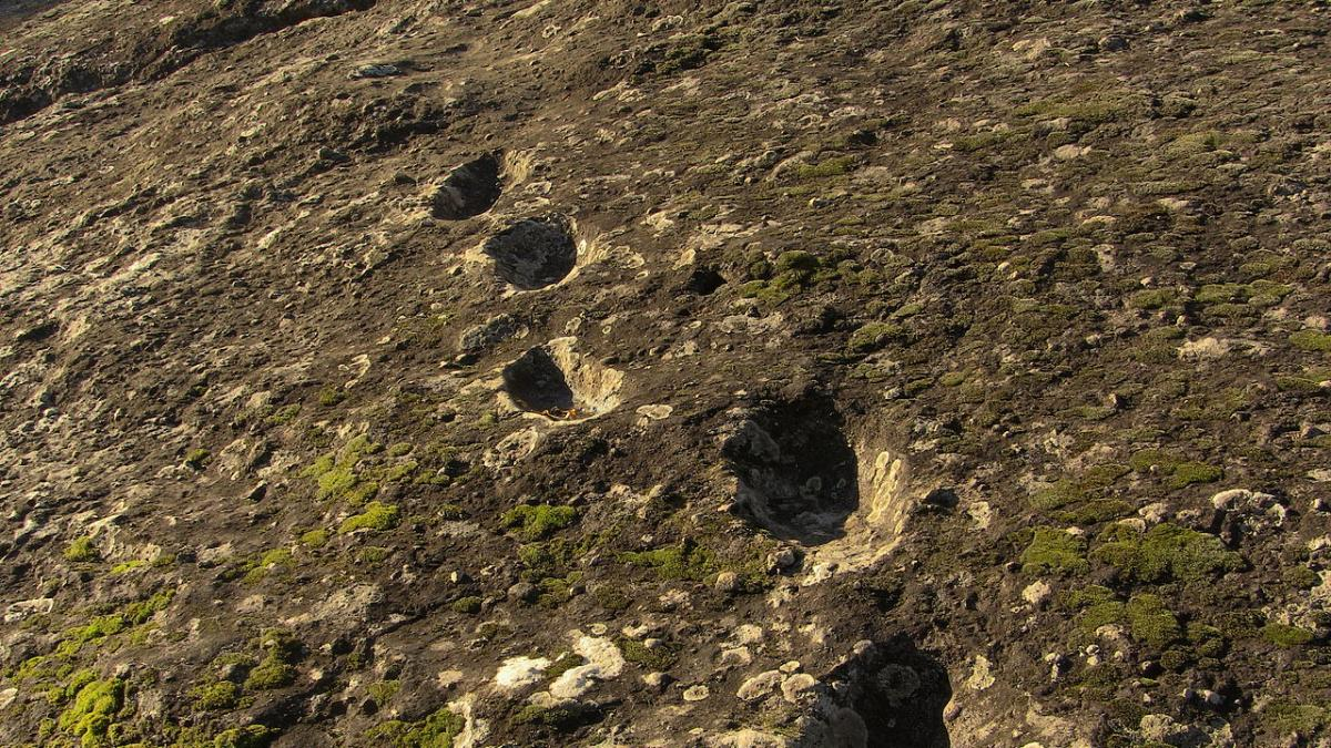 The footsteps of the devil were preserved on the lava.