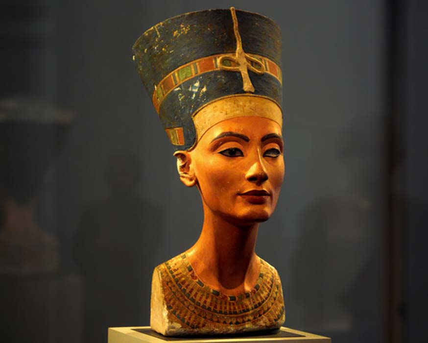 Is Nefertiti buried next to Tutankhamen?