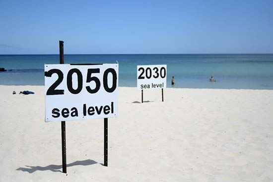 The rise in the sea of 3 meters per century in a time similar to ours is alarming.